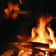 Gemeinsames Lagerfeuer und Gitarrenmusik